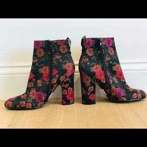 Guess *NEW* floral print booties